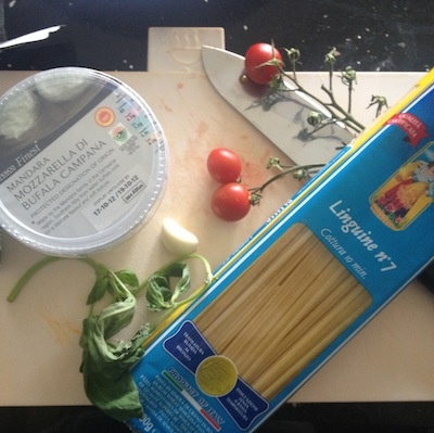 recipe for spaghetti with buffalo mozzarella and tomato